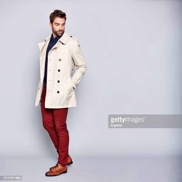 彼のトレンチ コートにセンスがあります。 - トレンチコート ストックフォトと画像