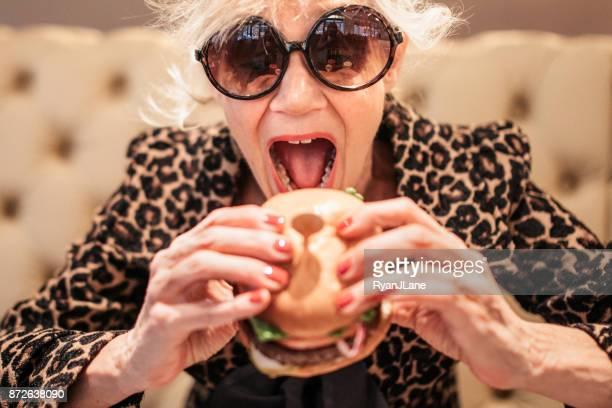 Stilvolle und schrulligen Senior Frau im Restaurant