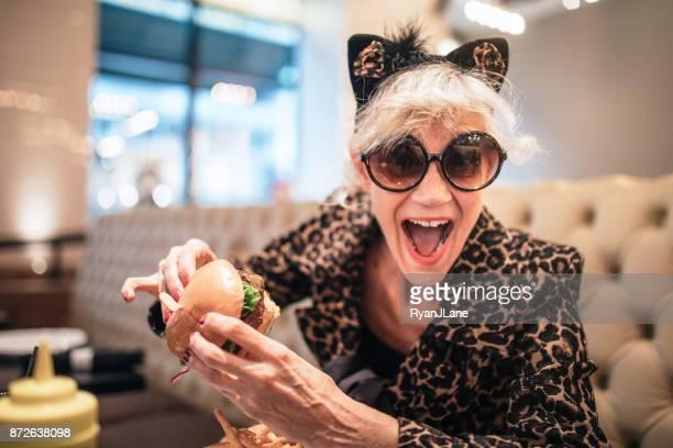 stijlvolle en eigenzinnige senior vrouw in restaurant - ongebruikelijk stockfoto's en -beelden