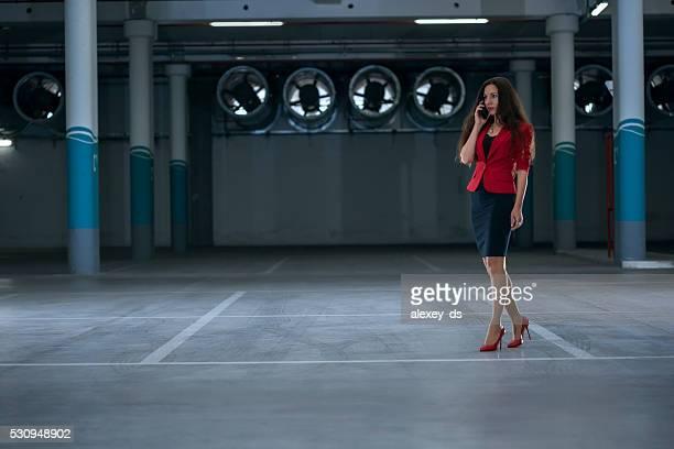 Stilvolle Geschäftsfrau in der Tiefgarage