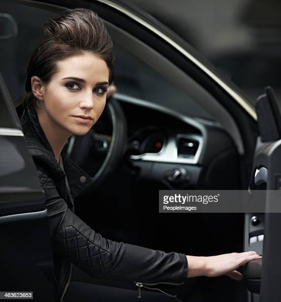 Élégant chick dans sa voiture de luxe
