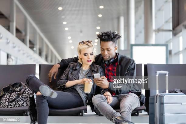 elegante casal esperando no saguão do aeroporto - izusek - fotografias e filmes do acervo