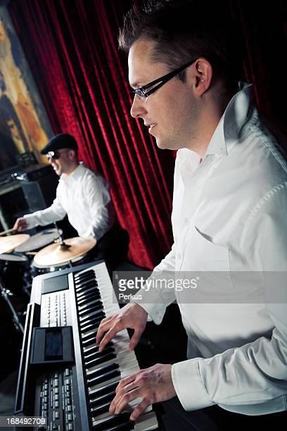 Stilvolle Schlagzeuger und pianist in night club