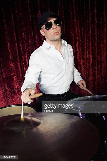 Stilvolle drummer spielen Trommeln