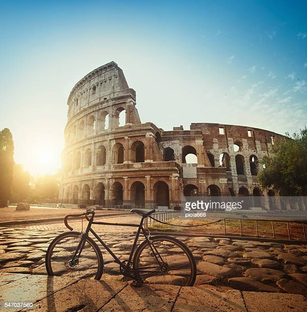 stylish fixie bicycle in front of the coliseum of rome - rom italien stock-fotos und bilder