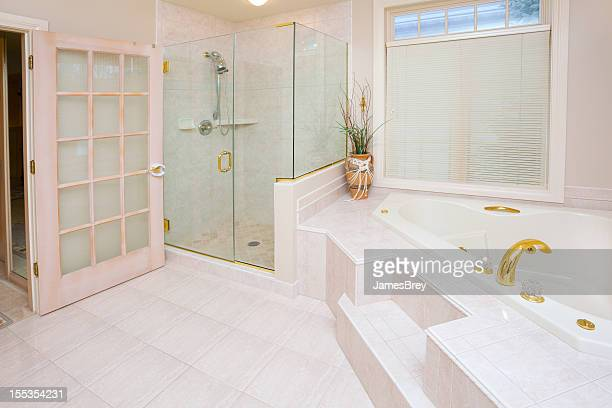 Elegante bagno con piastrelle in vetro e vasca da bagno con vasca idromassaggio