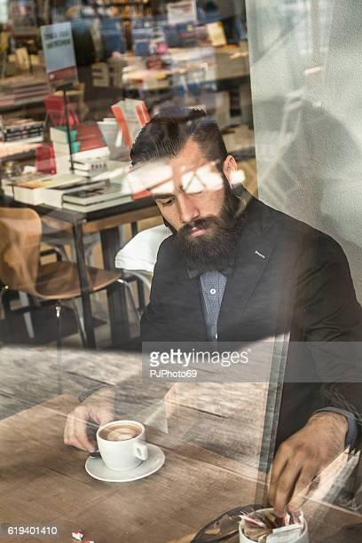 eleganti slip a vita bassa in un libro-caffetteria con caffè e cappuccino - pjphoto69 foto e immagini stock