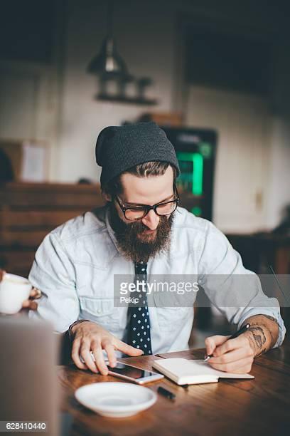 Élégant Hipster dans un coffee shop