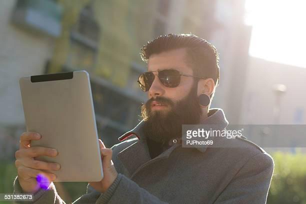 estilo hipster ar livre com tablet digital - pjphoto69 imagens e fotografias de stock