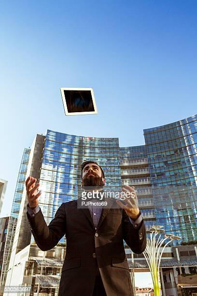 estilo hipster tossing una tableta digital - pjphoto69 fotografías e imágenes de stock
