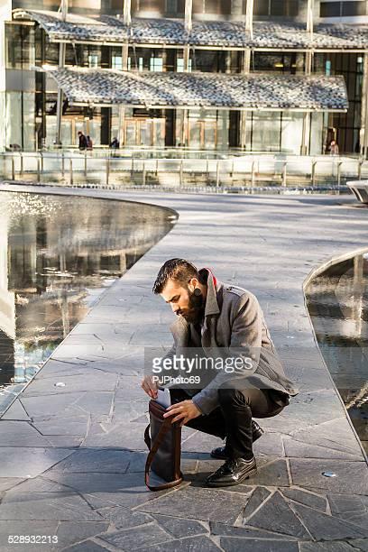 stilvolle hipster mit seinem schultertasche aus segeltuch - pjphoto69 stock-fotos und bilder