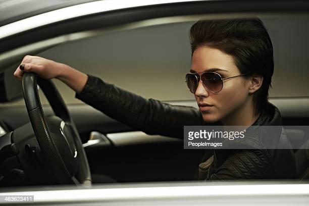 Élégant avec ses teintes et une voiture de luxe
