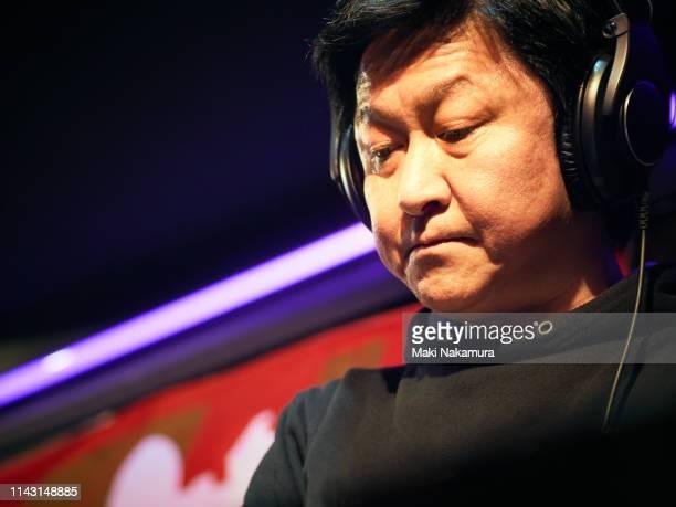 stylish male dj playing using turntable in nightclub - ポジティブなボディイメージ ストックフォトと画像