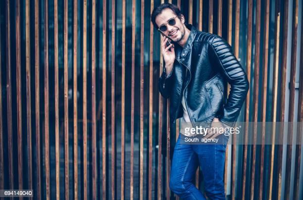 stijlvolle man op de telefoon - lichaamshouding stockfoto's en -beelden