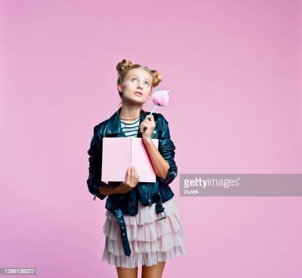 elegante bella teenege ragazza tenendo diario rosa - izusek foto e immagini stock