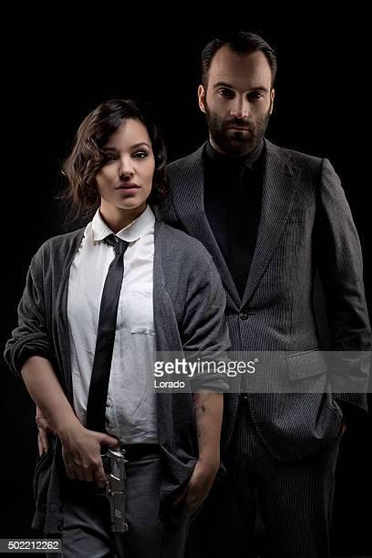 pareja de estilo retro posando en el estudio - gangster fotografías e imágenes de stock