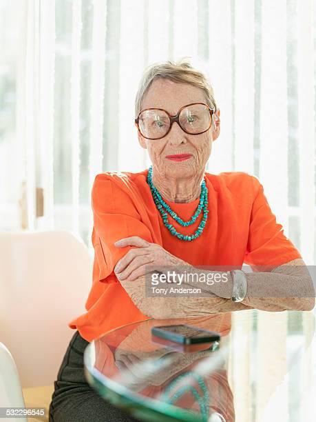 stylish senior woman in glasses - solo una donna anziana foto e immagini stock