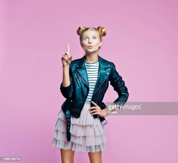 elegante teenege ragazza che punta allo spazio di copia - izusek foto e immagini stock