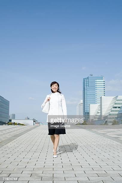 女性の中にスタイリッシュなオフィスビル