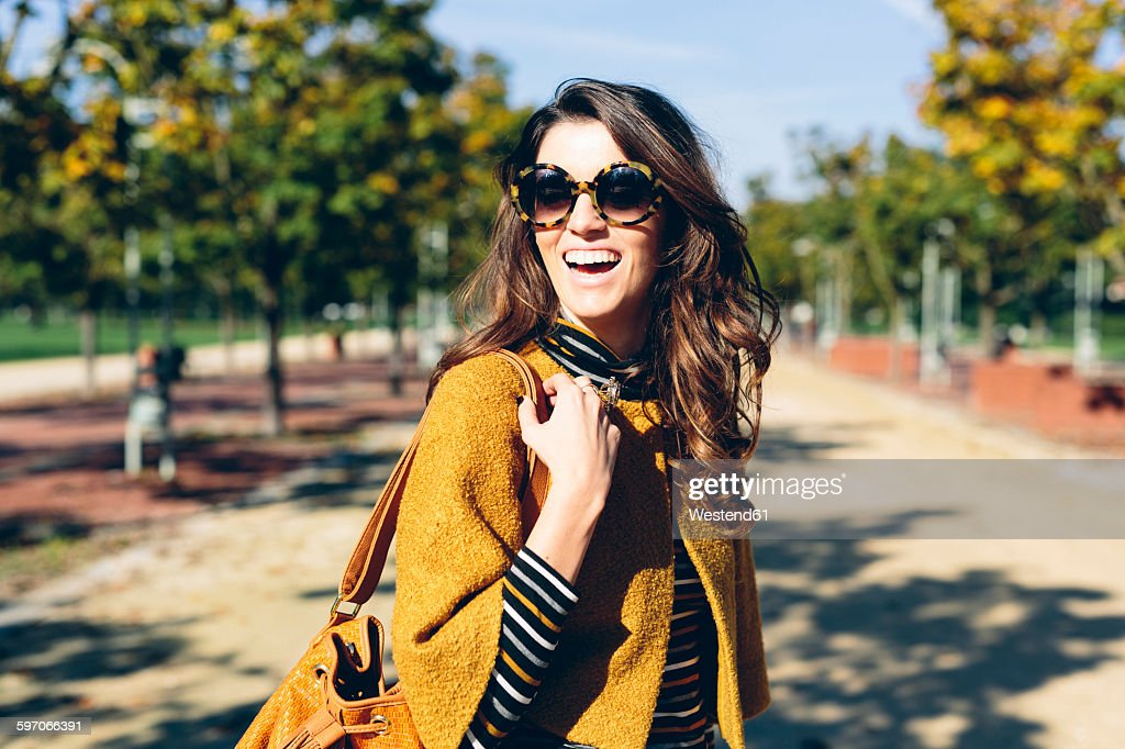 Stylish woman at the park on a sunny autumn day : Stockfoto