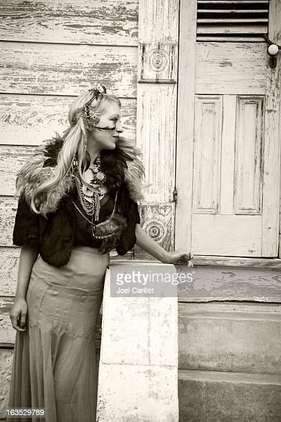 elegante mujer en mardi gras de nueva orleans - gras fotografías e imágenes de stock