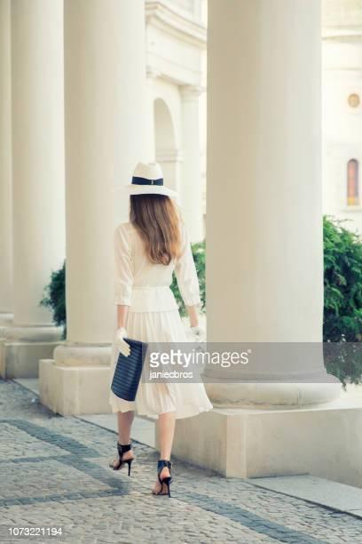 mulher elegante, usando chapéu de ruas da cidade - bem vestido - fotografias e filmes do acervo