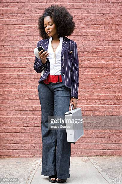 stylish woman with cellphone - afro americano - fotografias e filmes do acervo