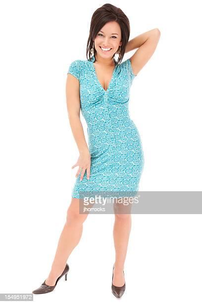 Elegante joven mujer en vestido de flores azul