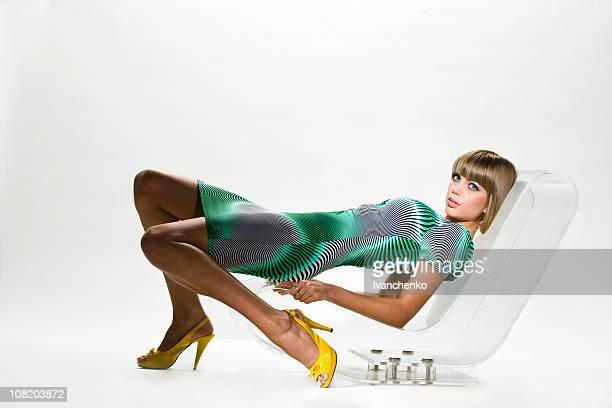 elegante jovem mulher posando na cadeira - cadeira - fotografias e filmes do acervo