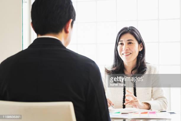 お客様との相談を行うスタイリスト - 助言 ストックフォトと画像