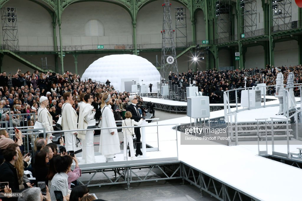 Chanel : Front Row  - Paris Fashion Week Womenswear Fall/Winter 2017/2018 : News Photo