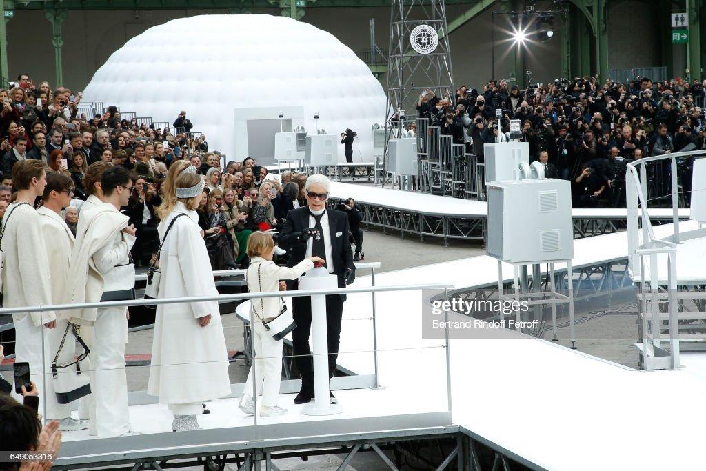 Chanel : Front Row  - Paris Fashion Week Womenswear Fall/Winter 2017/2018 : News Photo