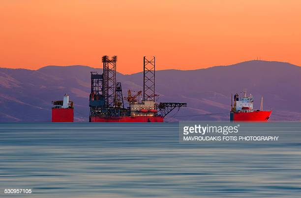 submerging cargo ship - oil field stock pictures, royalty-free photos & images
