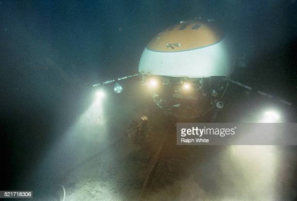 submersible exploring titanic - submarine stock pictures, royalty-free photos & images