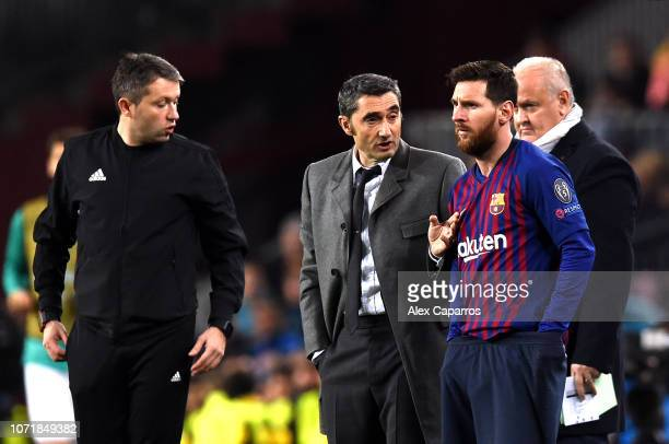 Substitute Lionel Messi of Barcelona stands alongside Ernesto Valverde Manager of Barcelona during the UEFA Champions League Group B match between FC...