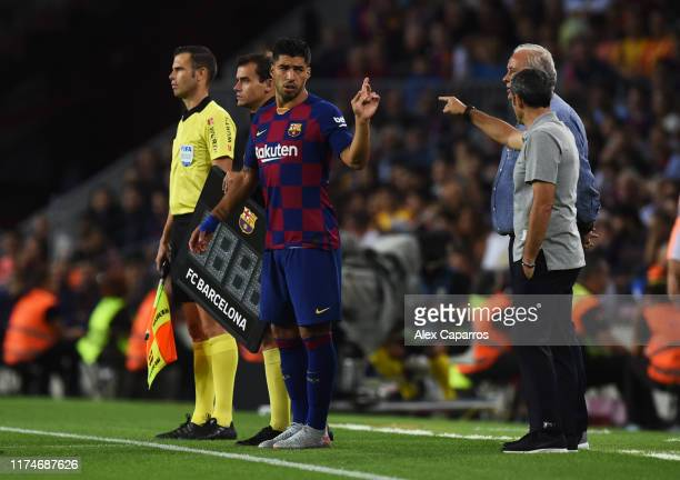 Substitute Luis Suarez of FC Barcelona in discussion with Ernesto Valverde manager of Barcelona as he is substituted during the Liga match between FC...