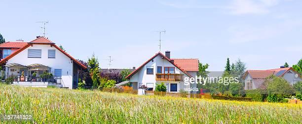 Maisons de banlieue et meadow