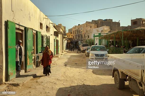 郊外の通りの眺めでトリポリの旧部品 - リビア ストックフォトと画像
