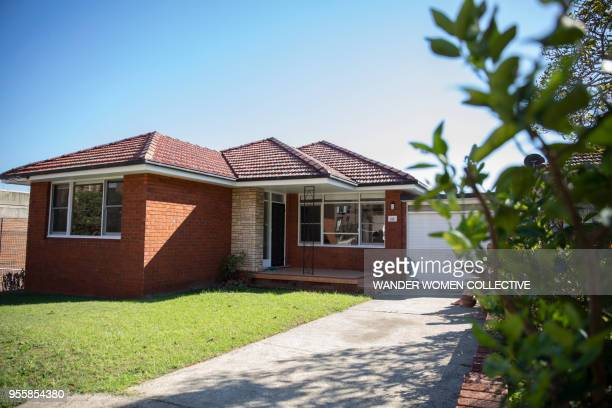 suburban australian red brick family house - ziegelbau stock-fotos und bilder