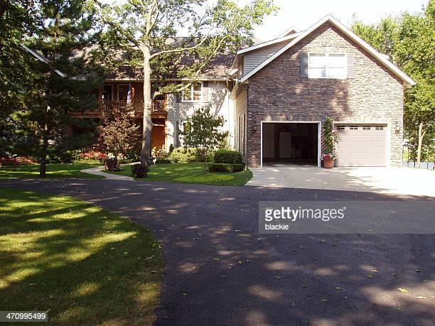 suburban home - real estate - autobergplaats stockfoto's en -beelden