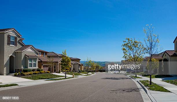 suburban homes and street - street stock pictures, royalty-free photos & images