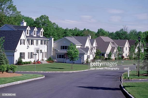 suburban homes in new york's westchester county - suburbio zona residencial fotografías e imágenes de stock