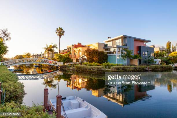 suburban houses and palm trees reflecting in the water in venice canal historic district in los angeles california - カリフォルニア州 ベニス ストックフォトと画像