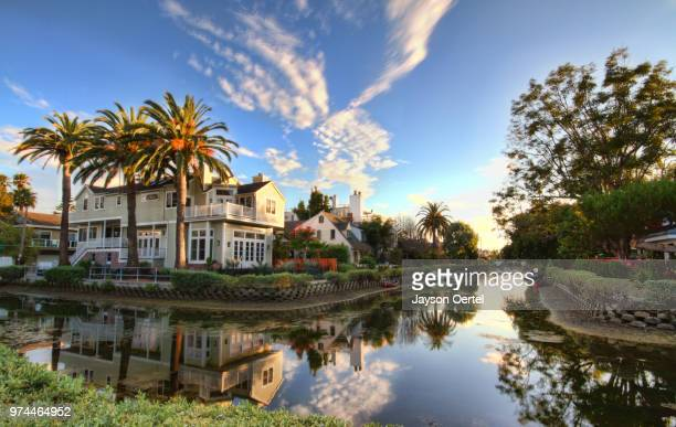 suburban houses near canal, venice, los angeles, california, usa - venice foto e immagini stock