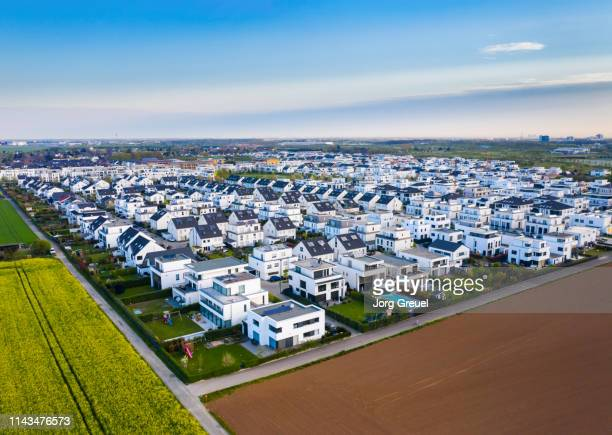 suburban neighborhood - ノルトラインヴェストファーレン州 ストックフォトと画像