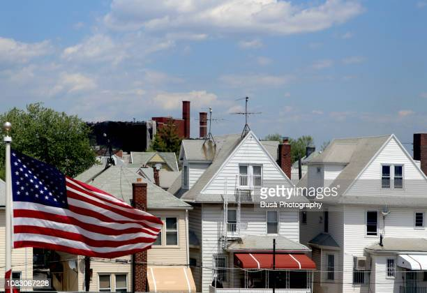 suburban wooden row houses and american flag in brooklyn, new york city - partido político - fotografias e filmes do acervo