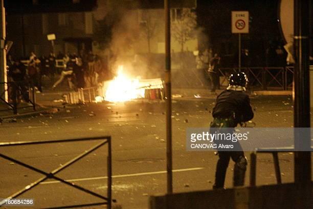 Suburbs In Fire Dimanche 6 novembre 21h50 à l'entrée du quartier de la GrandeBorne cité de GRIGNY des policiers font face à une foule de jeunes...
