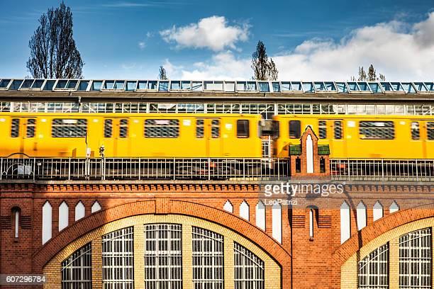 オーバーバウム橋のベルリン地下鉄の列車 - オベルバウムブリュッケ ストックフォトと画像