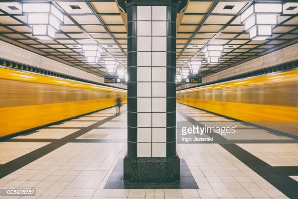 subway platform at paracelsus bad with moving trains - u bahnstation stock-fotos und bilder