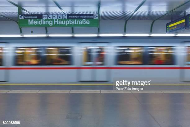 subway station in vienna, austria - trem do metrô - fotografias e filmes do acervo